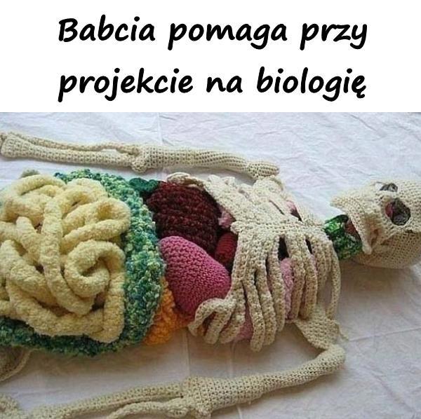 Babcia pomaga przy projekcie na biologię