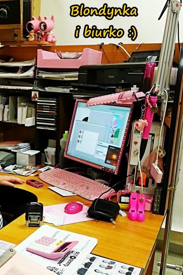 Blondynka i biurko :)