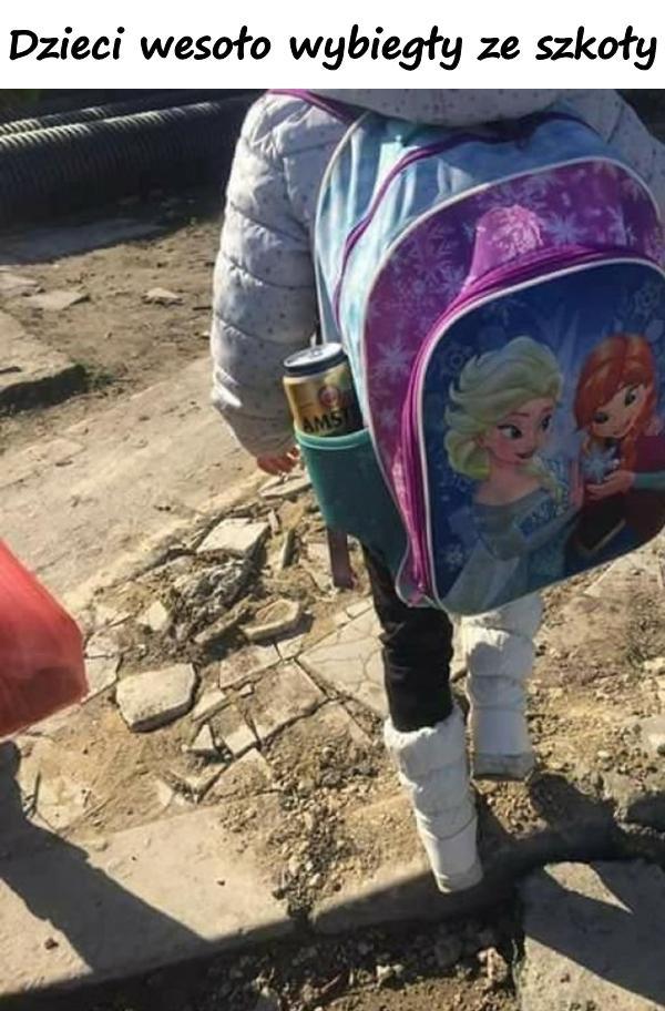 Dzieci wesoło wybiegły ze szkoły