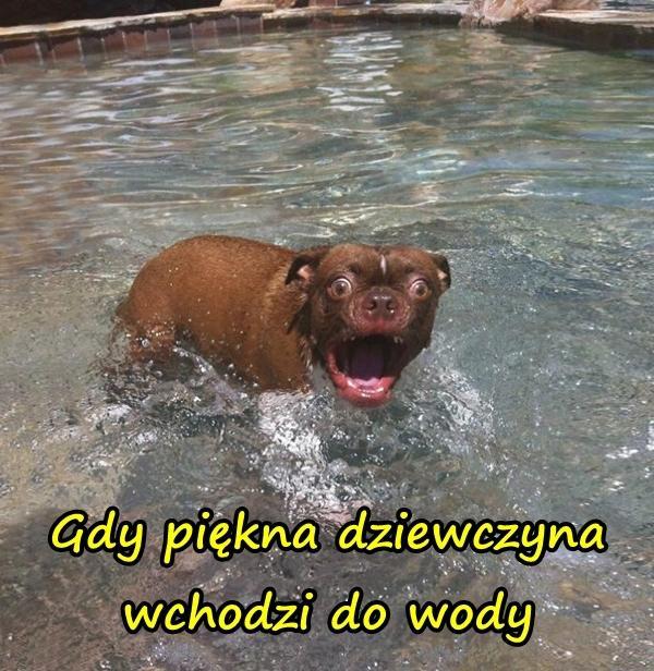 Gdy piękna dziewczyna wchodzi do wody