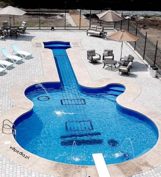 Wypasiona gitara, kto chce taką? Tagi: kwejk, gitara, basen, wypas.