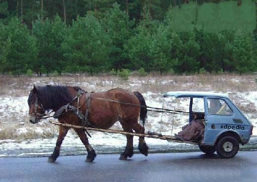 Jeden koń ale żywy, niewidoczne boczne lusterka, prosta i funkcjonalna deska rozdzielcza oraz spoiler na nogi.