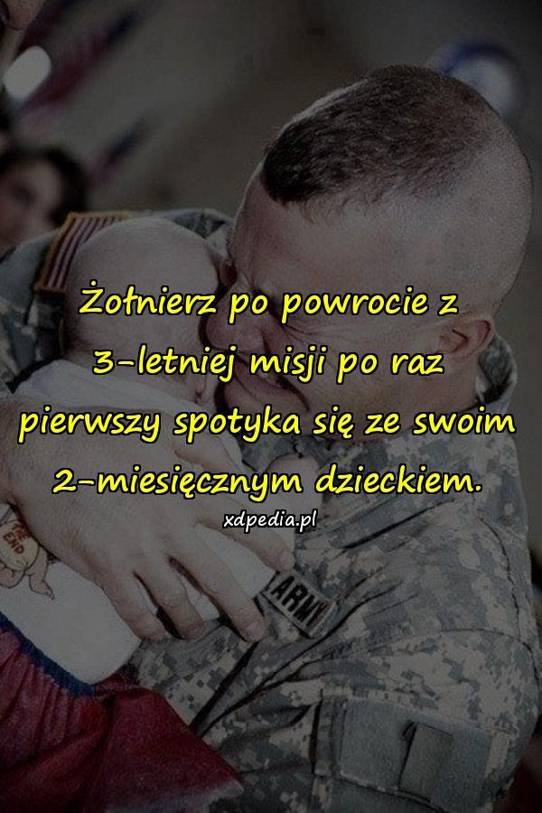 Żołnierz po powrocie z 3-letniej misji po raz pierwszy spotyka się ze swoim 2-miesięcznym dzieckiem.