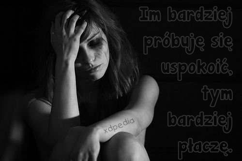Im bardziej próbuję się uspokoić, tym bardziej płaczę.