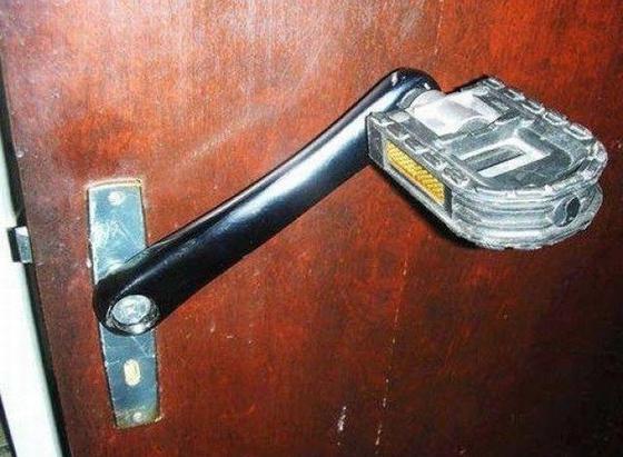 Specjalna klamka dla pedałów do WC