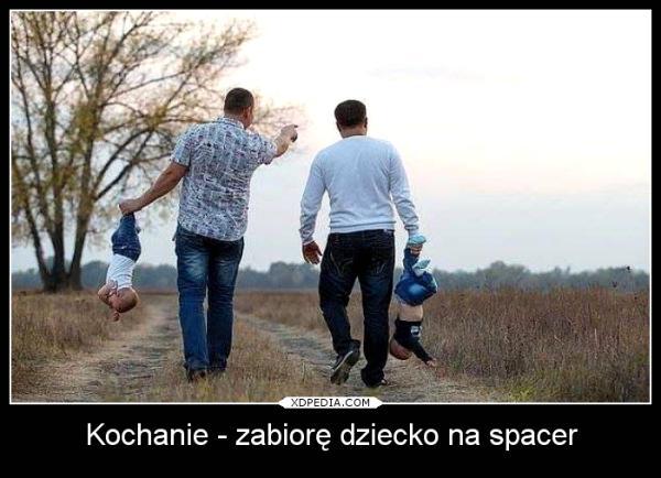 Faceci na spacerze z dziećmi
