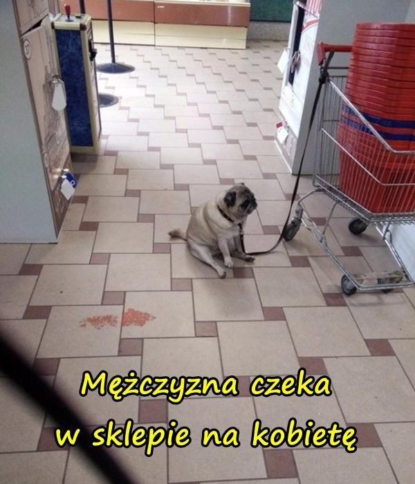 Mężczyzna czeka w sklepie na kobietę