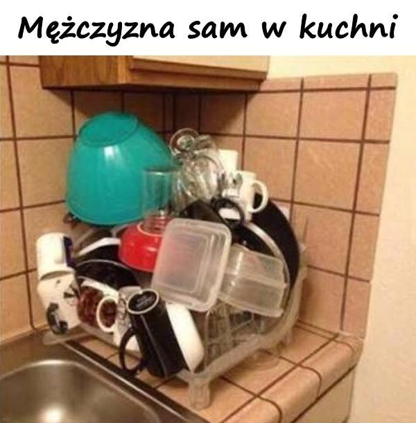 Mężczyzna sam w kuchni