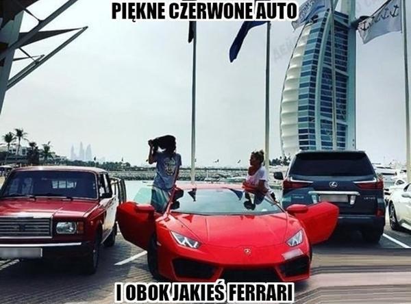 Piękne czerwone auto i obok jakiś ferrari
