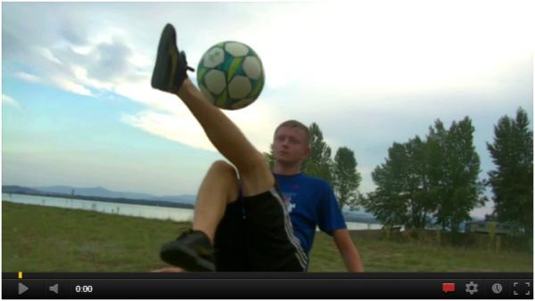 Piłka nożna - freestyle Ta piłka się przykleja do niego :P