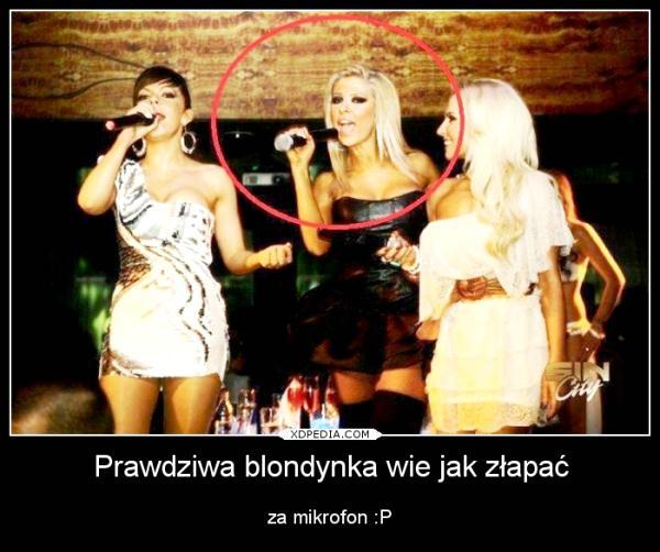 Prawdziwa blondynka wie jak złapać za mikrofon :P