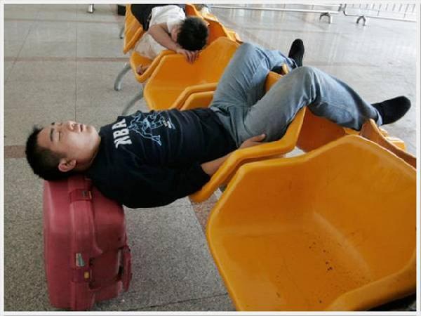 Jak spać na na krześle bez oparcia i pilnować bagażu jednocześnie.