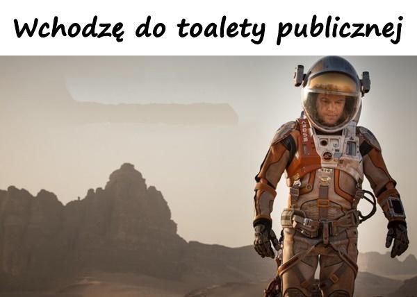Wchodzę do toalety publicznej